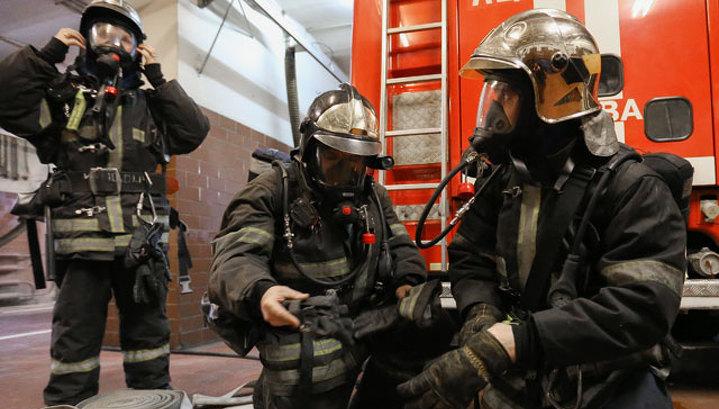 Из пылающего дома в Москве госпитализировали двух детей с отравлением угарным газом