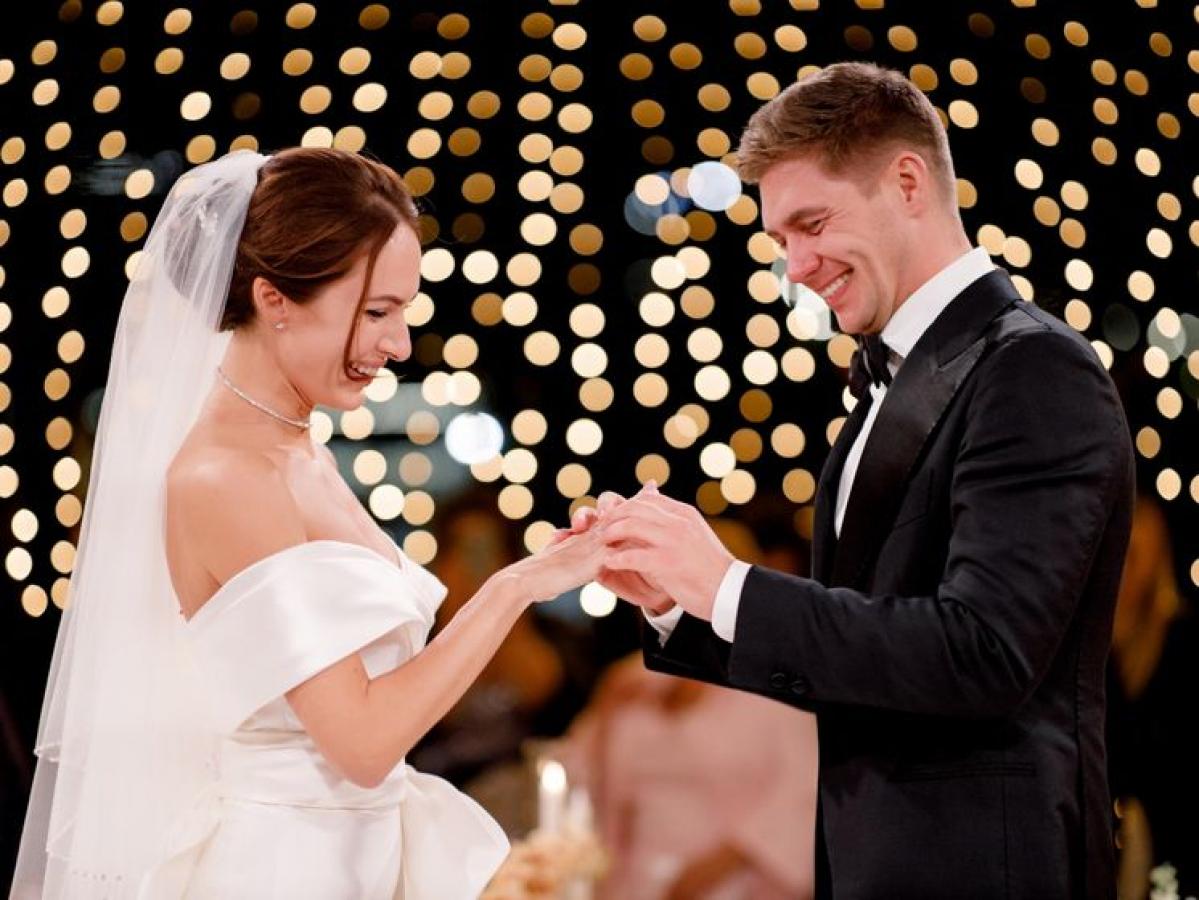 Владимир Остапчук упал на колени и расплакался на собственной свадьбе, кадры