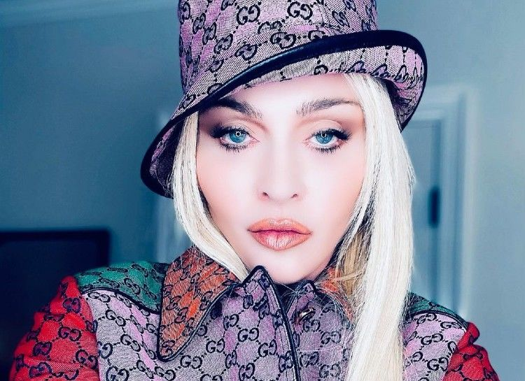 """63-летняя Мадонна развлекалась на кровати, обнажив грудь и показав """"изюминку"""""""