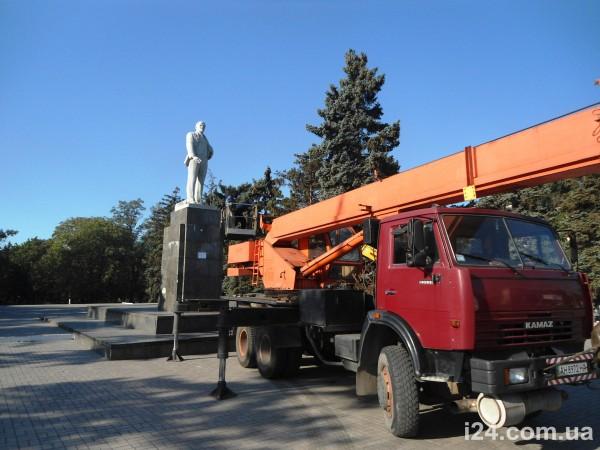 В Мариуполе демонтируют два памятника Ленину
