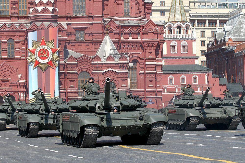 В Хабаровске танк после парада протаранил светофорный столб – пешеходы успели отбежать в сторону