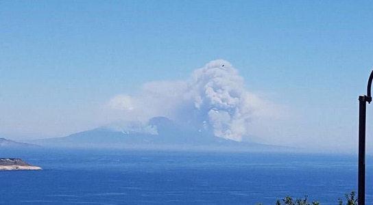 Зловещее предзнаменование привело в ужас Италию: дым от пожара на вулкане приобрел фигуру огромного черепа - кадры