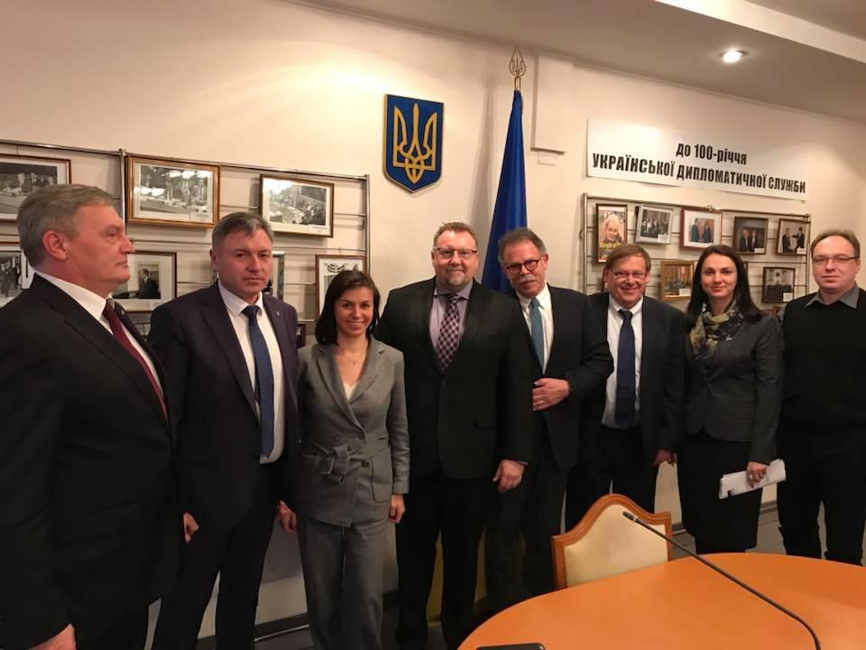 Инвесторы идут на Донбасс, несмотря на АТО: Канада поможет Луганщине стабилизировать подачу элетроэнергии и работу линий е-передач