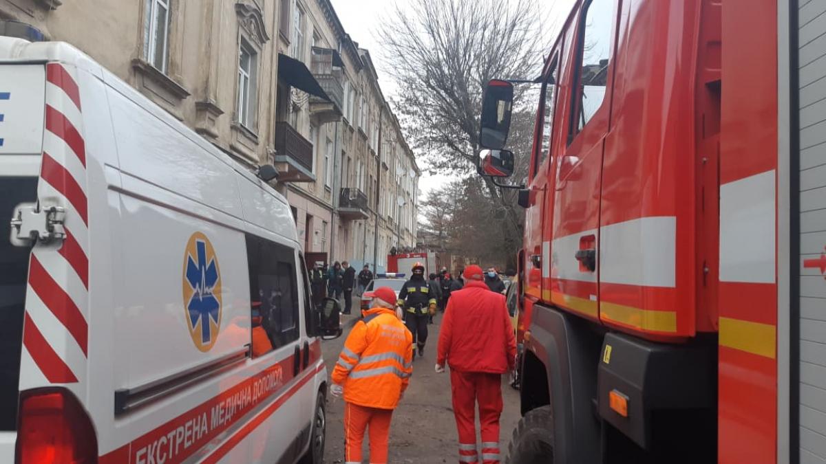 Из-за взрыва в жилом доме Львова пришлось экстренно эвакуировать жильцов: кадры, есть пострадавшие