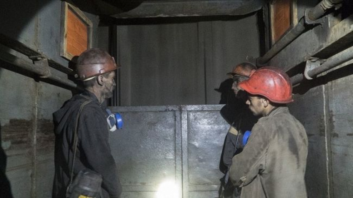 """Дочь шахтера рассказала, как в """"ЛНР"""" поздравили ее отца: """"Должны больше 30 тысяч зарплаты, а ему дарят моющее"""""""