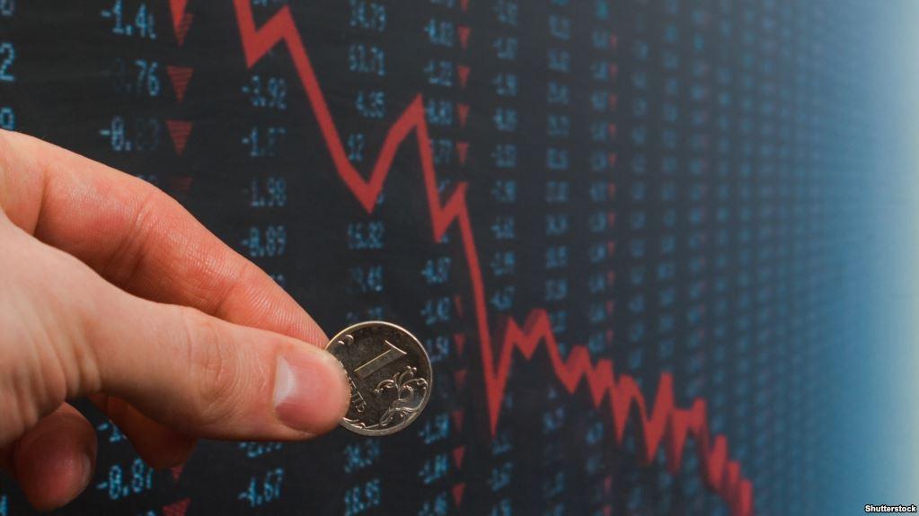 """Россияне не знают, как спасаться: рубль снова устремился на дно из-за анонса """"химических"""" санкций США"""