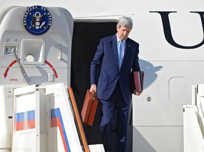 """Загадка красного чемодана Керри: госсекретарь США привозил Путину """"приятный сюрприз"""""""