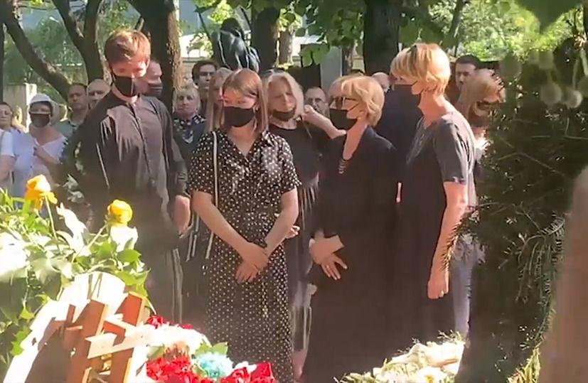 Дочь Меньшова на кладбище провела странный обряд над гробом покойного отца, рассыпав порошок