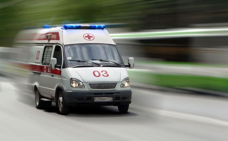 В России неизвестный с ножом напал на людей посреди улицы, полиция открыла огонь – погибло как минимум трое людей