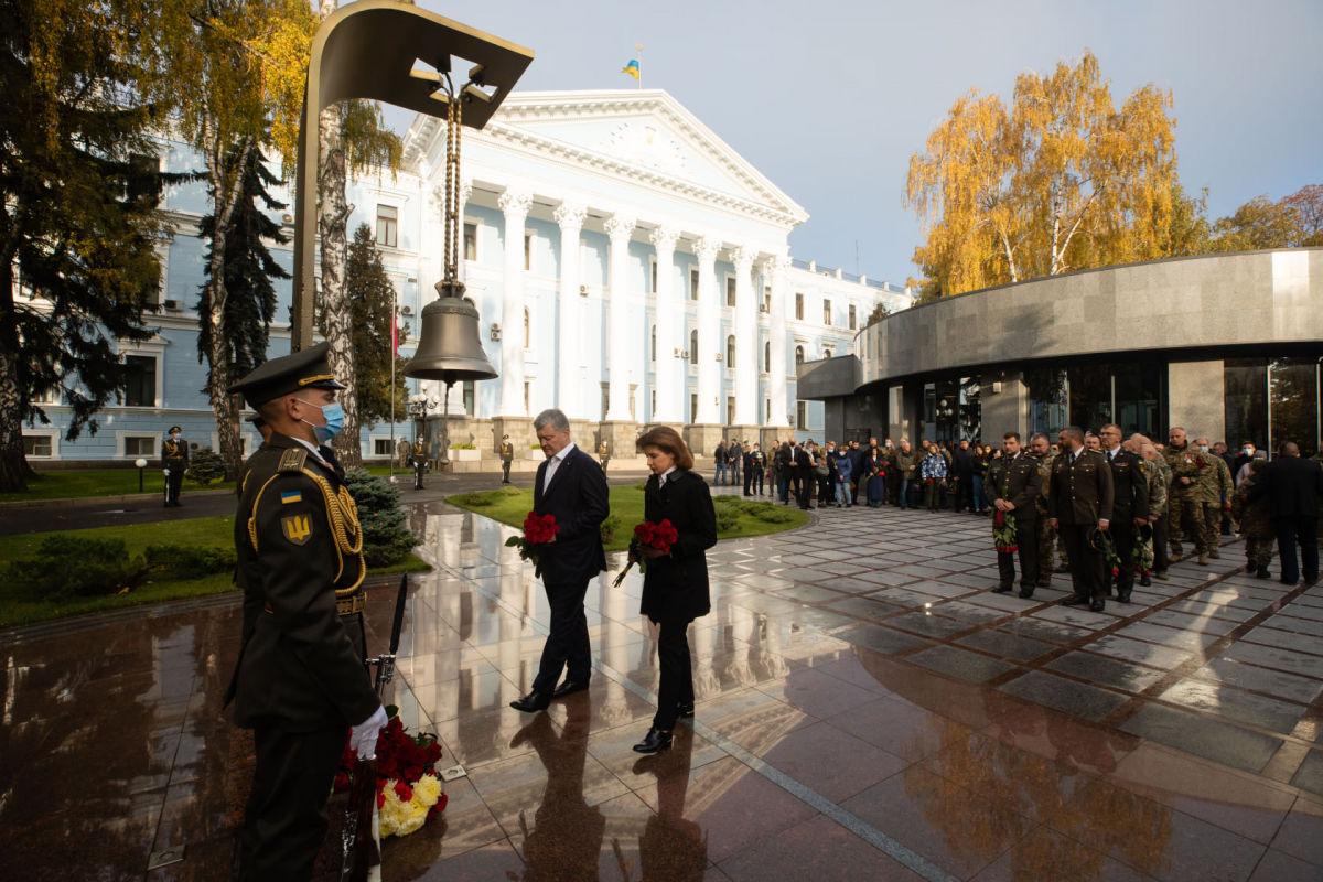"""""""Кто с мечом к нам придет, тот от меча и погибнет"""", – Порошенко почтил память защитников Украины"""