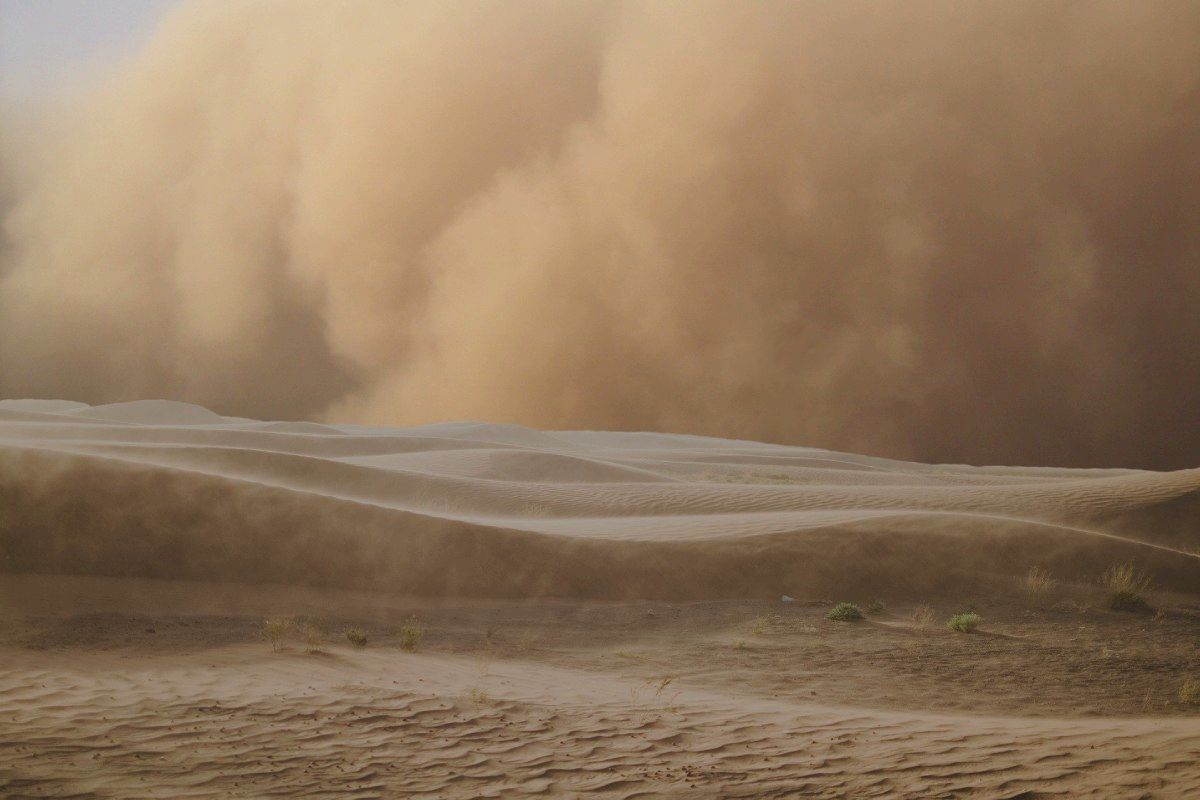Песчаная буря вновь накрыла Астрахань и сделала российский город похожим на поверхность Марса