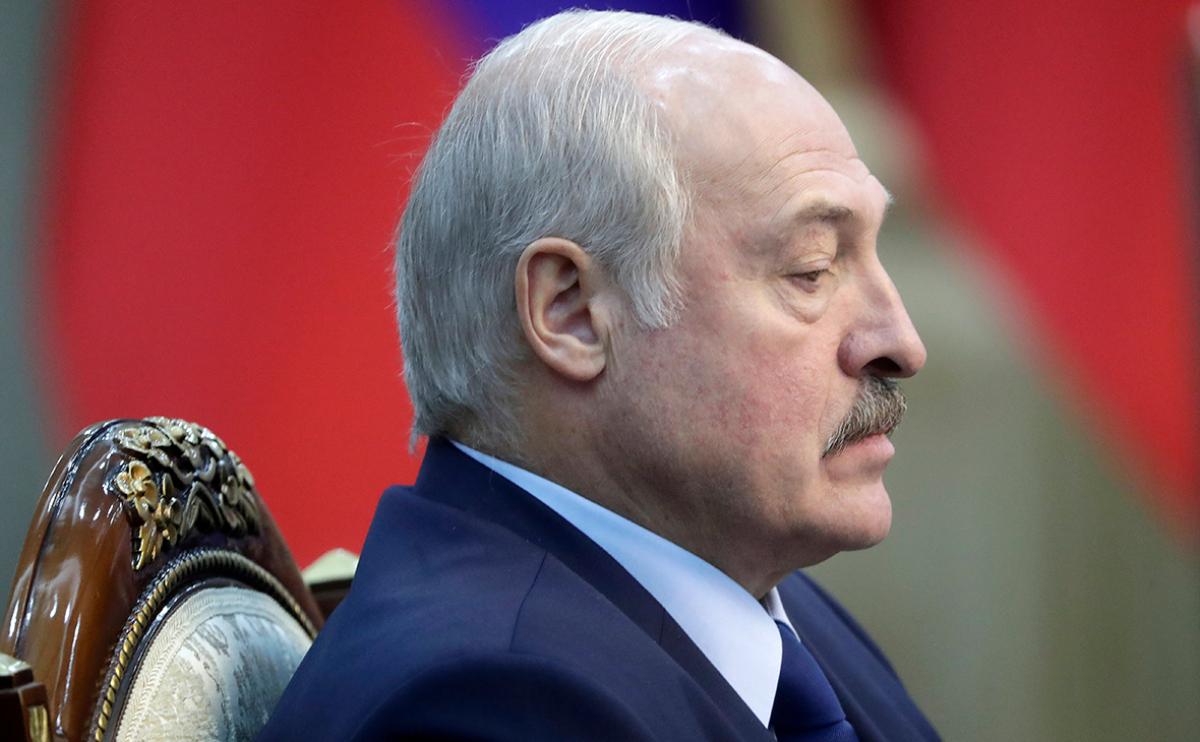 Многотысячная толпа вплотную подошла к резиденции Лукашенко: его экстренно эвакуируют