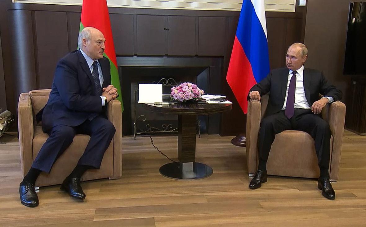 """Лукашенко привез на встречу с Путиным чемодан документов: """"Чтобы понимали, что происходит"""""""