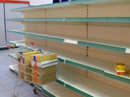 В Крыму алкогольно-молочный коллапс - прилавки супермаркетов пусты