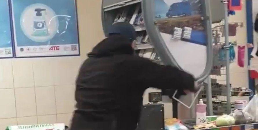 В Мариуполе мужчина с топором влетел в супермаркет и устроил погром из-за маски