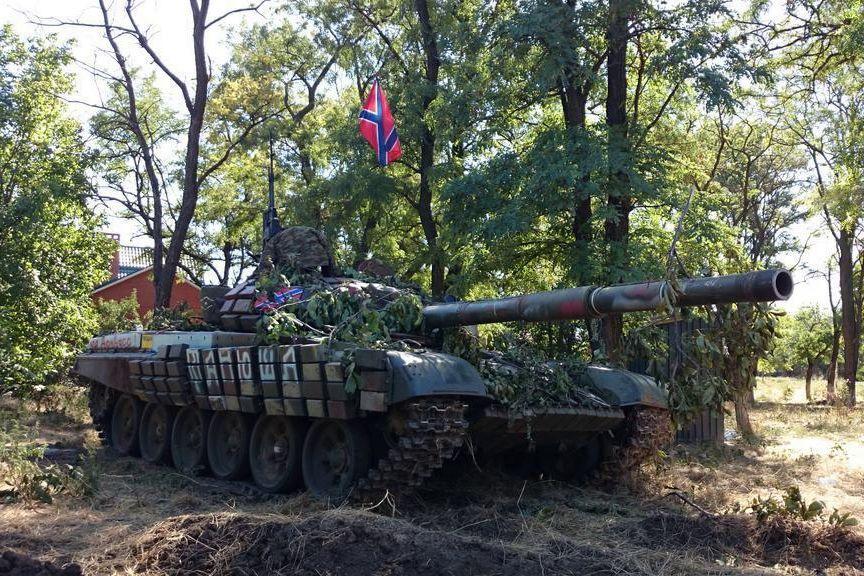 """В Перевальске танк """"ЛНР"""" проехался по кладбищу, снес могилы и деревья - очевидцы показали фото"""