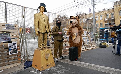 Лопата с блинами, Путин и балалайка: националисты устроили показательную блокаду, заблокировав выборы Путина в российском посольстве в Киеве