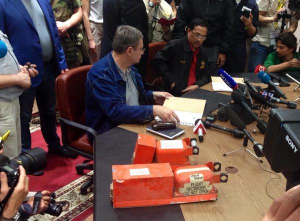 СМИ: Стали известны первые результаты с «черных ящиков» «Боинга-777»