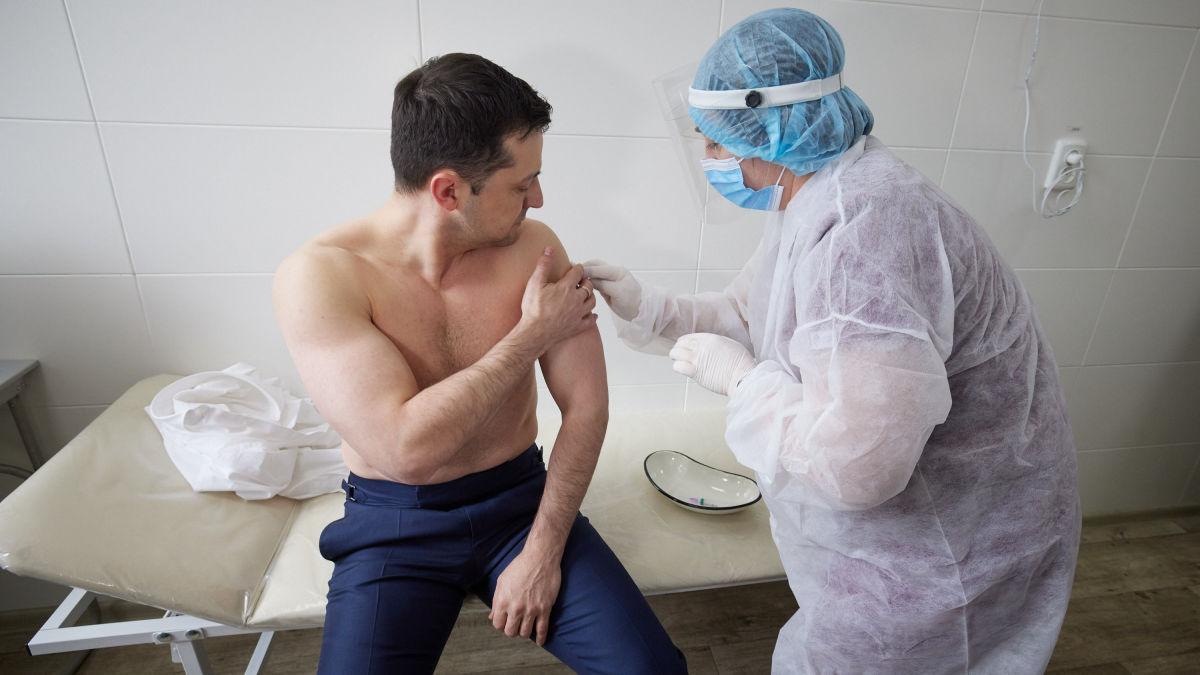 Вакцинация Зеленского от коронавируса: на фото заметили примечательную деталь