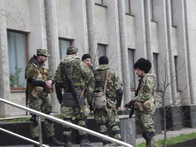 """В Донецке """"зеленые человечки"""" перекрыли район """"МГБ ДНР"""", у здания ОГА автоматчики каждые 20 м – соцсети"""