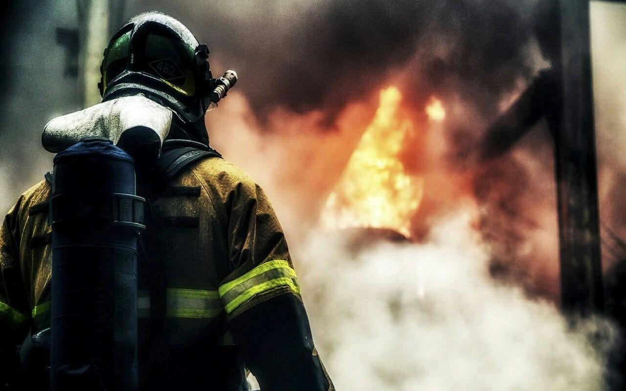 В оккупированном Донецке полыхает здание горного техникума, на пожар съехались все экстренные службы – кадры