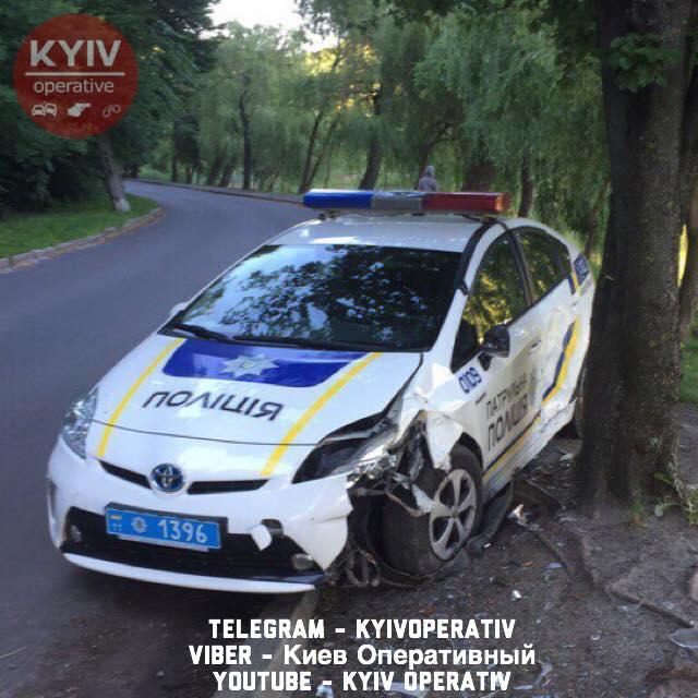 """В Голосеевском парке столицы нашли """"ничейный"""" полицейский автомобиль"""