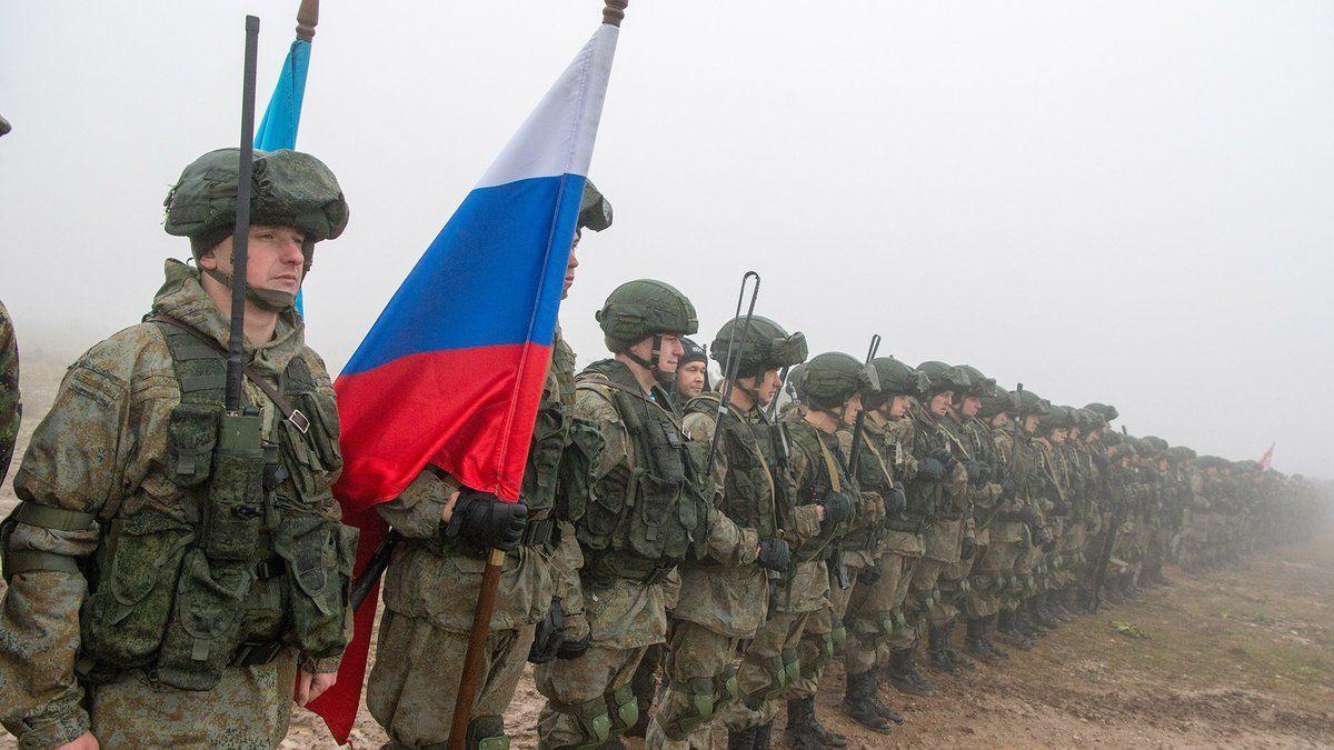 Россия перебрасывает на границу с Украиной псковских десантников: состав с военной техникой засекли при погрузке под Псковом