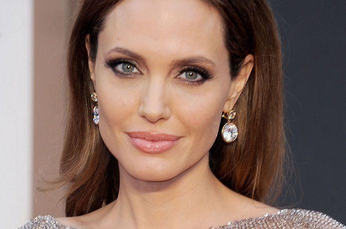 Анджелина Джоли скинула кофточку и лиф, прикрывшись только волосами
