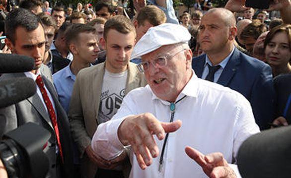 """""""Сейчас дам в череп, будешь к**вью истекать"""", - Жириновский подрался на митинге в Москве с протестующими - кадры"""