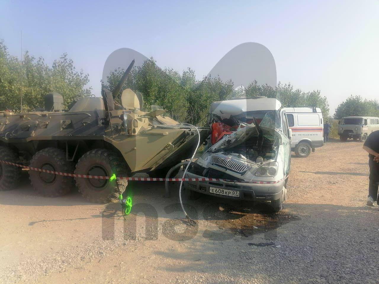 В России многотонный БТР снес маршрутку с людьми: много погибших и раненых