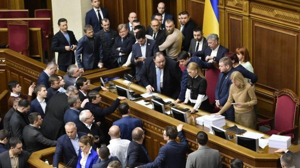 """Депутаты """"ЕС"""" и """"Слуга народа"""" устроили перепалку перед голосованием по закону об олигархах"""