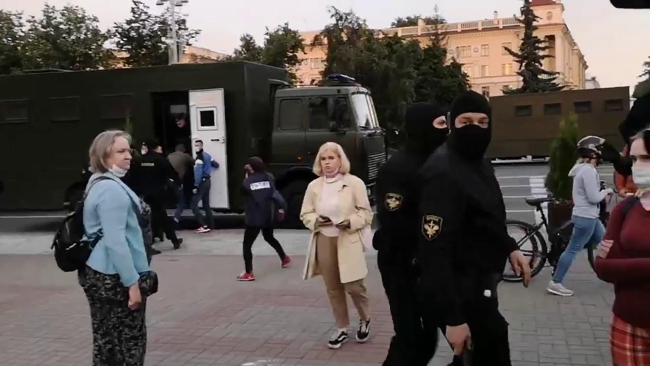 Минск сегодня: ОМОН задерживает даже за бело-красно-белые флаги, которые боится Лукашенко