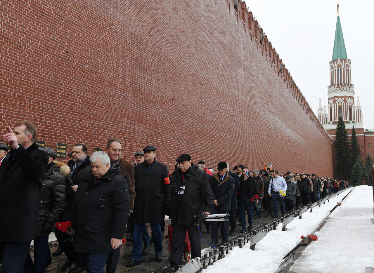 Россияне сотнями идут к стенам Кремля в центре Москвы: фото произошедшего поразило соцсети