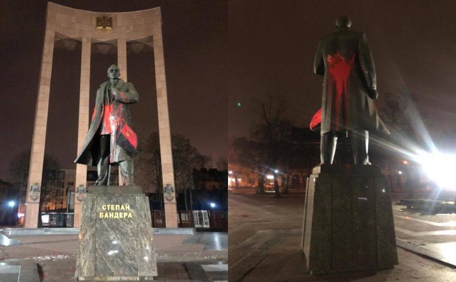 Осквернение памятника Бандере во Львове: суд вынес приговор подозреваемым