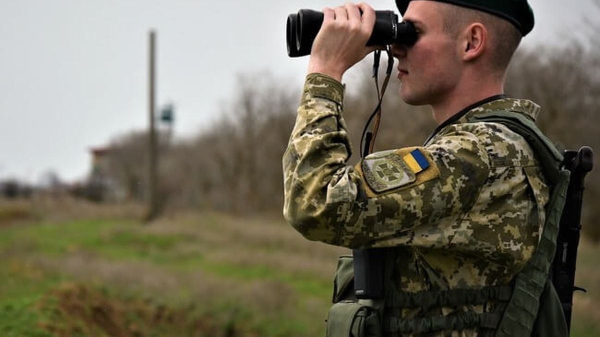 В дождевике и с иконами: житель Луганщины пытался прорваться в Россию – пограничники выложили в Сеть кадры