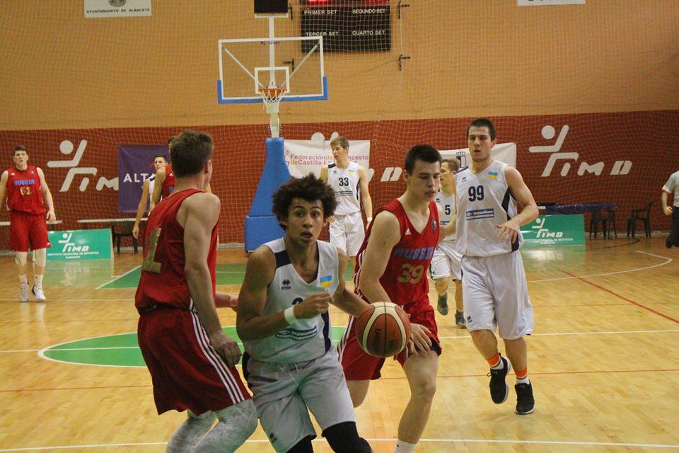 Либо не знают слова гимна, либо чувствуют себя виноватыми: молодые баскетболисты из Украины дали мастер-класс россиянам и показали, как необходимо петь гимн, – кадры