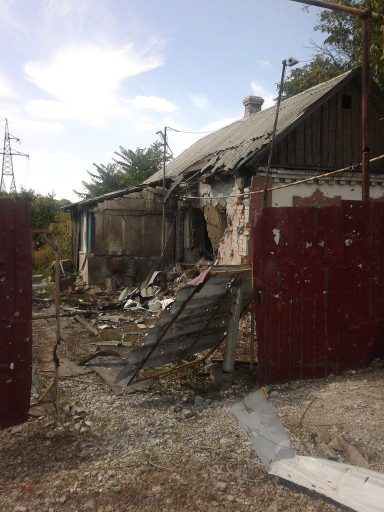 В Донецке зафиксировано два попадания снарядов в хозяйственные объекты