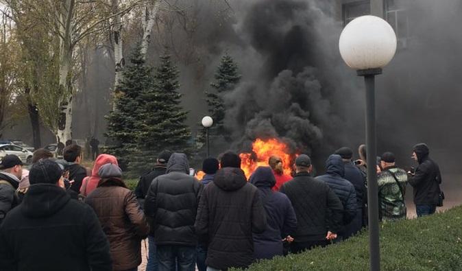 """Замерзающие жители Кривого Рога пошли штурмом на """"Криворожгаз"""": СМИ сообщили о захвате заложников - фото"""