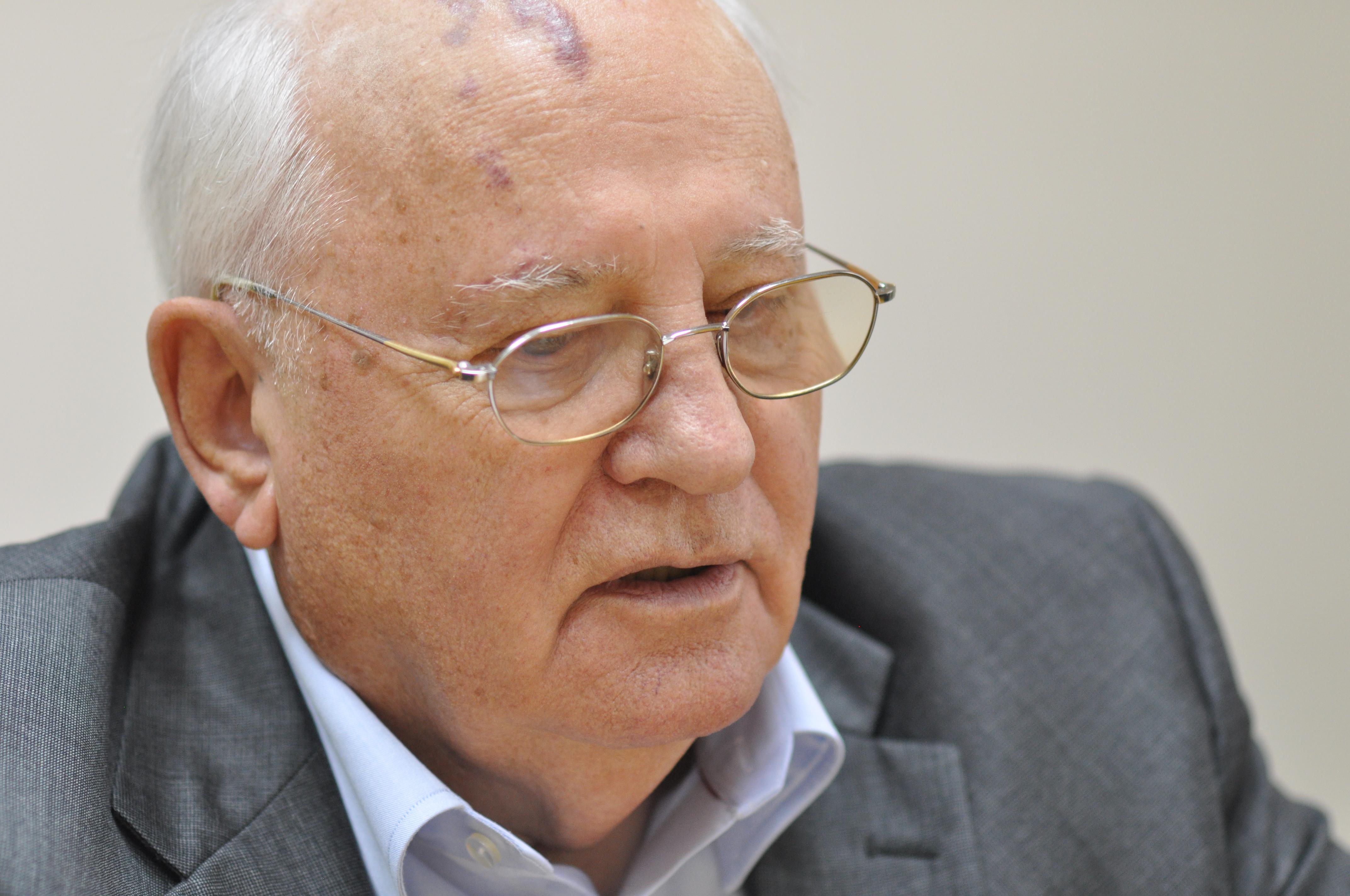 Российские журналисты чуть не довели тяжелобольного Горбачева до нервного срыва, вынудив его признаться, что он в больнице