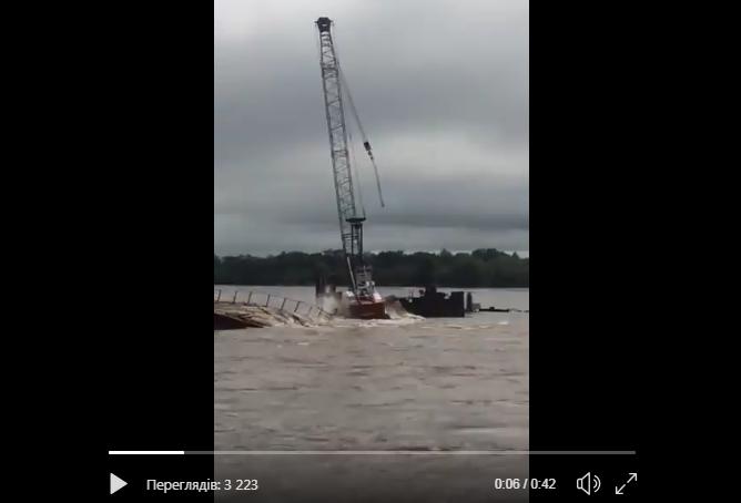 В России рухнули четыре опоры моста - утонул кран: очевидец опубликовал видео крупного ЧП