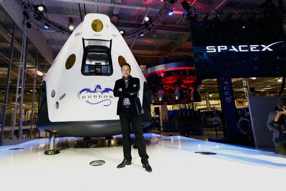 Компания SpaceX впервые продемонстрировала окончательный вариант космического скафандра: опубликованы кадры