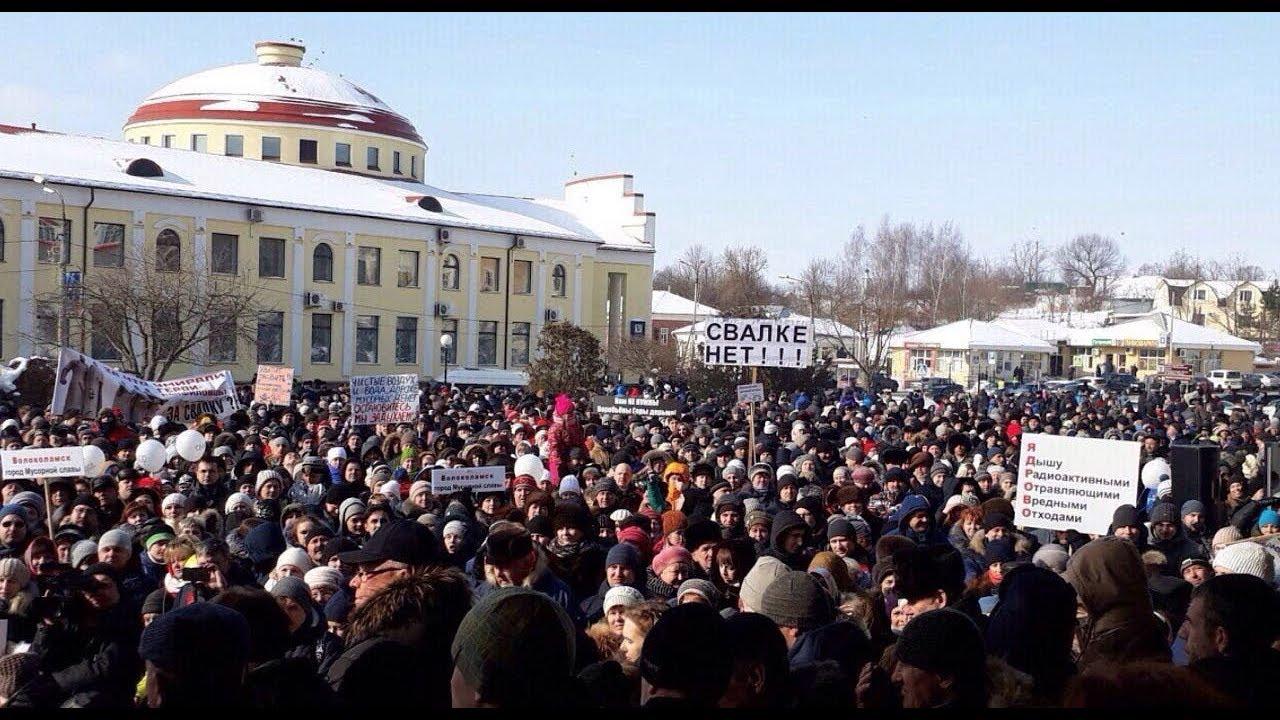 Стихийный митинг в Волоколамске достиг точки кипения, люди задыхаются - в Кремле, испугавшись, объявили о вводе режима ЧС: кадры