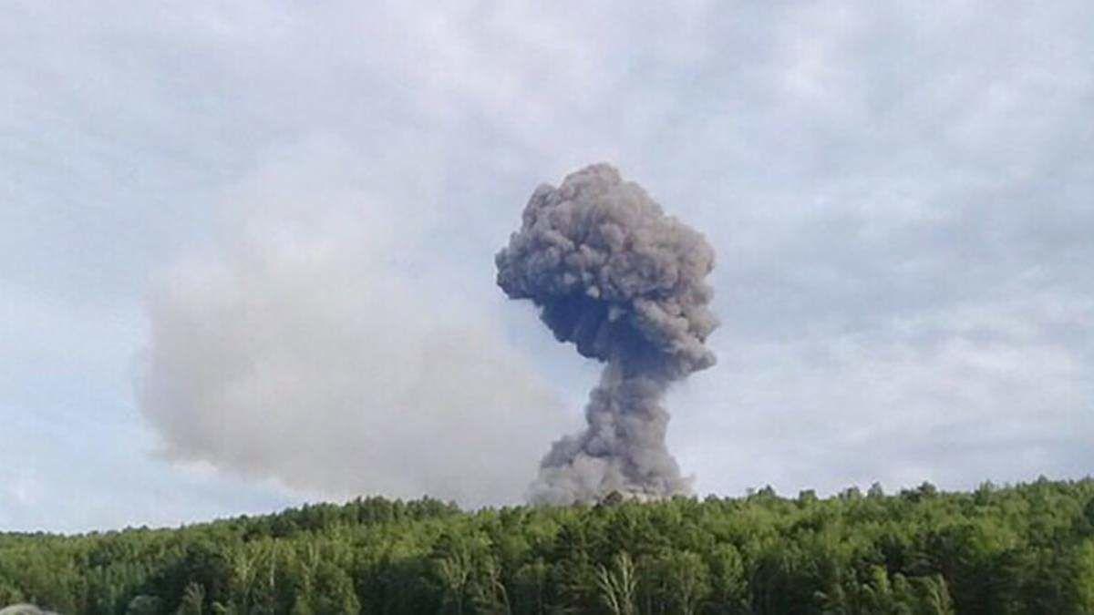 В Ясиноватой взорвался склад с боеприпасами российских военных: местные сняли видео