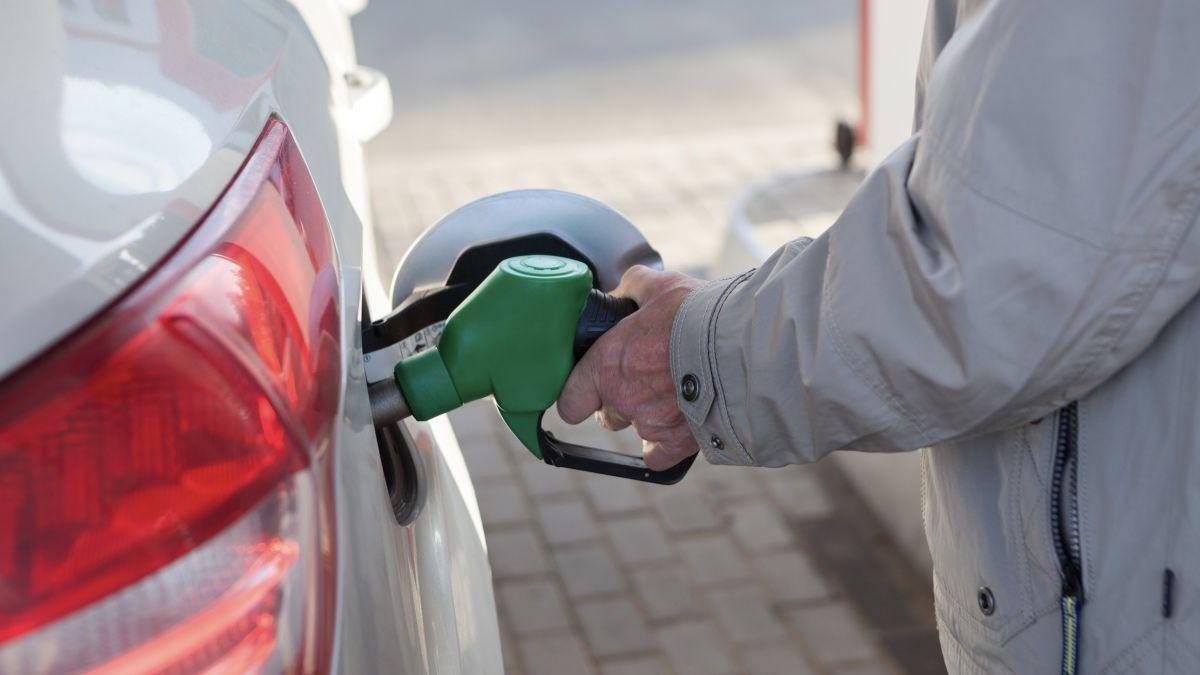 Цены на бензин и дизель на АЗС резко упали: решение Кабмина ограничить цены сработало