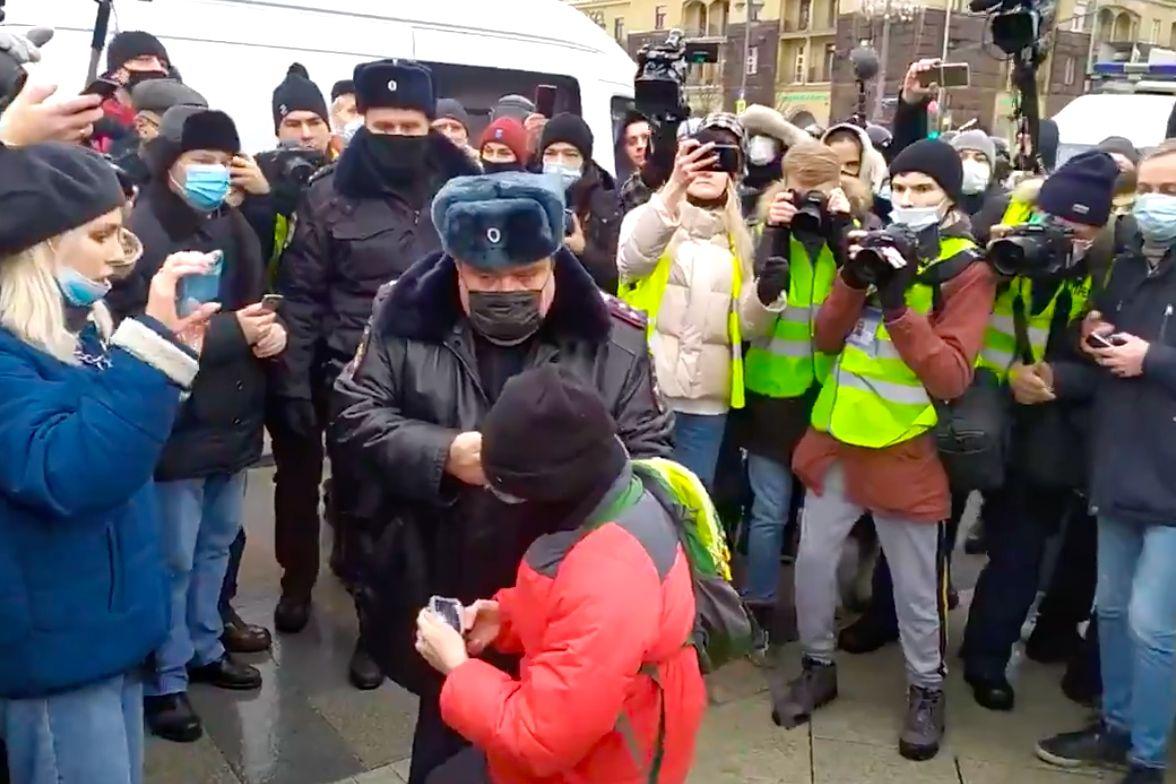 Протест в Москве: полиция, орудуя дубинками, схватила ребенка, в силовиков полетели снежки, видео