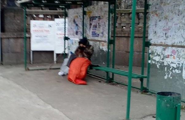 """""""Зато"""" освобожденные от хун***ы"""": снимок с замерзающей на остановке пенсионеркой из оккупированного Луганска поразил соцсети - кадры"""