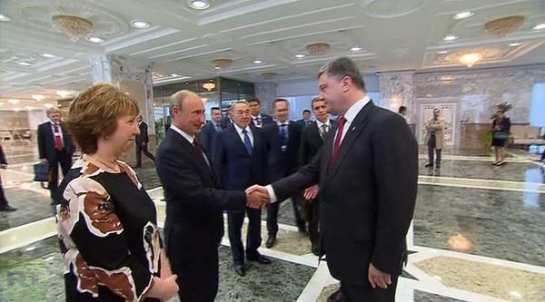 Как Порошенко пожал Путину руку на встрече в Минске