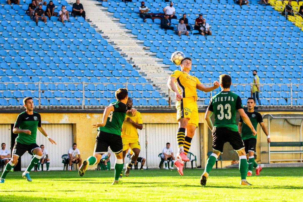 Это нужно видеть: неровность футбольного поля принесла победу одной из команд в Первой лиге Украины