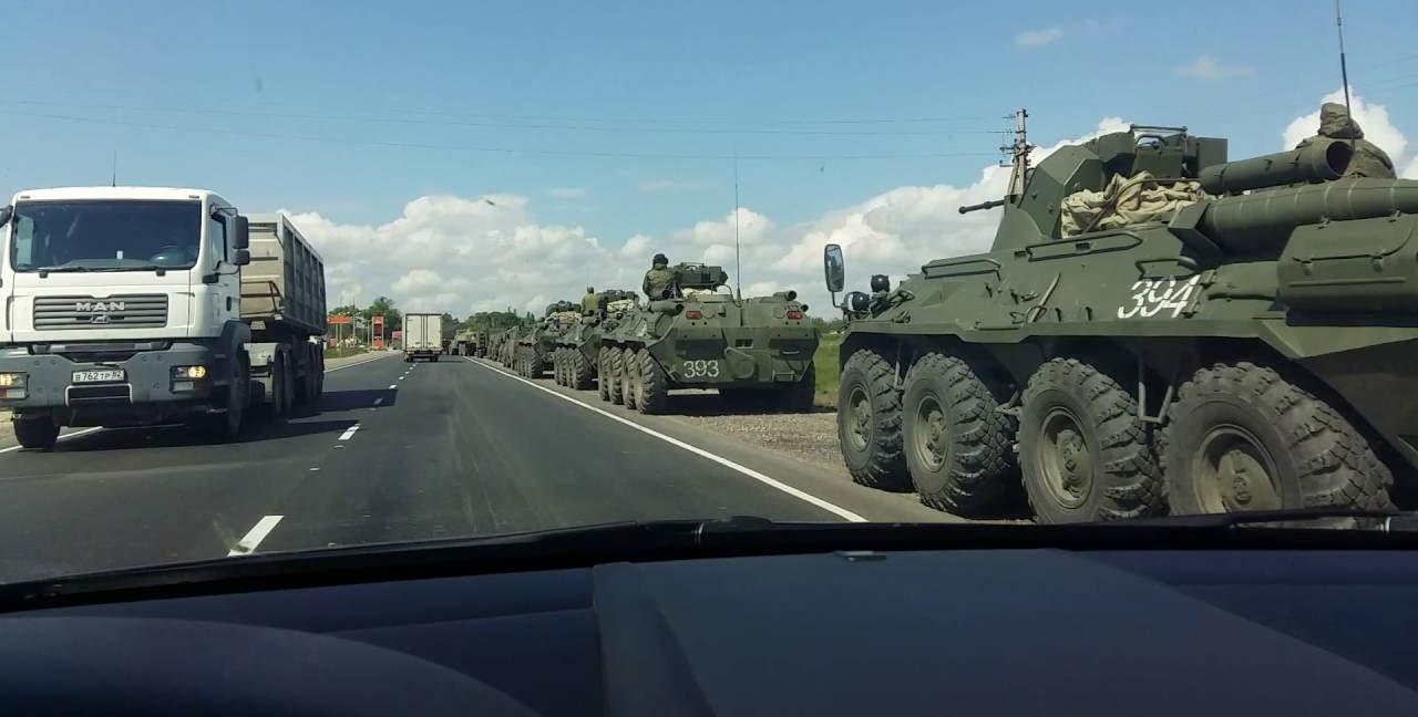 Россия перемещает больше военной техники вглубь Крыма: видео обошло Сеть