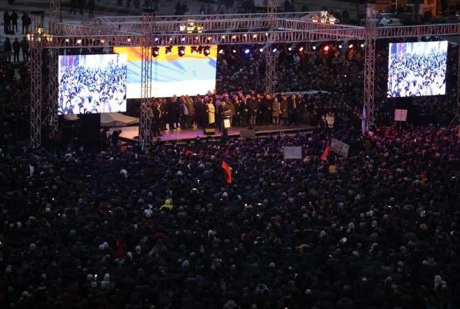 Тысячи сторонников Пашиняна собрались в центре Еревана: пророссийские силы пытаются свергнуть премьера